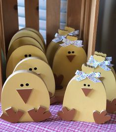 Chick stand tall, a perfect Easter couple! Easter Projects, Easter Crafts, Dad Crafts, Bunny Crafts, Easter Ideas, Spring Crafts, Holiday Crafts, Diy Easter Decorations, Wooden Crafts
