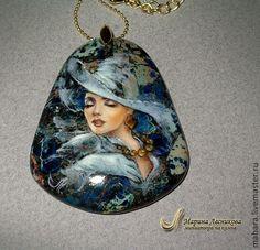 Кулон `Ретро в голубом`  Небольшая стильная вещица - кулон с росписью в духе ретро. Камень варисцит, с интересной по цвету структурой и вкраплениями пирита. Много краски давать не хотелось - камень са
