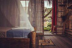 Hostales más parchados de Colombia | Travelgrafía Tiki Hut, Palomino, Outdoor Furniture, Outdoor Decor, Travel Tips, Places To Go, Trips, Curtains, World