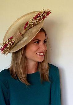 Saber cual es el tipo de complemento ideal para la cabeza, en qué momento usarlo, el tamaño, el color… Dudas existen y existirán a lo largo de la historia. Si bien hay protocolos muy rígidos en el mundo nupcial; con el uso de tocado, es mucho más flexible de lo que la gente cree. (Fotografía ... (Leer más) Fascinator Hats, Headpiece, Fascinators, Headdress, Mad Hatter Hats, Fancy Hats, Wearing A Hat, Fashion Now, African Attire
