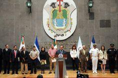 El gobernador Javier Duarte de Ochoa, se reunió con cónsules de Centroamérica y representantes de los gobiernos federal, estatal y municipal para trazar nuevas acciones en defensa y protección de los migrantes.