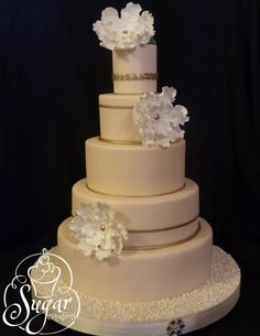 32 Exquisite Wedding Cakes You'll Love. To see more: http://www.modwedding.com/2014/10/25/32-exquisite-wedding-cakes-youll-love/ #wedding #weddings #wedding_cake Cake: Rebecca Sutterby