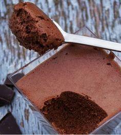 Deze gezonde chocolademousse is perfect voor de echte chocoladeliefhebber! Desserts Sains, Köstliche Desserts, Chocolate Desserts, Healthy Desserts, Sweet Recipes, Snack Recipes, Dessert Recipes, Easy Recipes, Healthy Chocolate Mousse
