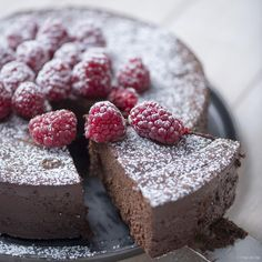 ) - This decadent chocolate cake is decadently high in calories and is sinfully delicious. Decadent Chocolate Cake, Chocolate Pies, Chocolate Raspberry Cheesecake, Caramel Cheesecake, Homemade Pastries, Thermomix Desserts, Chocolate Shavings, Cake Cookies, No Bake Cake