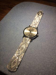 Diy Jewelry Projects, Diy Jewelry Tutorials, Bead Loom Bracelets, Cuff Bracelets, Beaded Watches, Trendy Watches, Beaded Jewelry Patterns, Bracelet Tutorial, Loom Beading