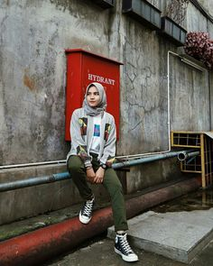 Modern Hijab Fashion, Street Hijab Fashion, Muslim Fashion, Best Travel Clothes, Travel Clothes Women, Clothes For Women, Sneakers Fashion Outfits, Outfits With Converse, Fashion Clothes