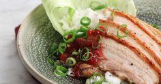 Ugnsstekt sidfläsk med härligt knaprigt svål. Serveras med plommonsås kryddad med sichuanpeppar, nejlikor och ingefära.