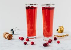 Cranberry Bellini Freeze cranberries and float as ice cubes in a holiday drink. Fill a pitcher with equal parts cranberry juice and sparkling wine or Prosecco. Add a few frozen cranberries to each Champagne flute, then top with the cranberry cocktail. Prosecco Cocktails, Holiday Cocktails, Cocktail Drinks, Fun Drinks, Yummy Drinks, Beverages, Cranberry Cocktail, Cranberry Juice, Fresh Cranberry Recipes