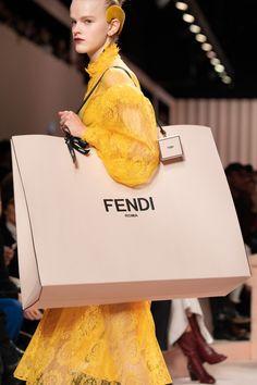 Fendi at Milan Fashion Week Fall 2020 - Details Runway Photos Uk Fashion, Fashion Bags, Fashion Show, Milan Fashion, Fashion Weeks, Fall Fashion, Fashion Trends, Serge Gainsbourg, Karl Lagerfeld