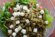 Dette er en mettende salat både til lunsj eller som tilbehør til stekt kylling eller fisk. Som en variasjon kan du også blande rester av stekt kylling eller fisk i salaten.Her kan du tilsette grønnsaker og salat etter ønske og hva du har i kjøleskapet.Det er gøy å ta forskjellige ting hver gang for ikke alltid å ha