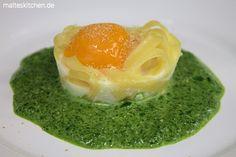 Ein Klassiker. Rahmspinat mit Ei, immer wieder lecker! Aufgehübscht durch das Ei im Nudelnest. #spinat #ei #nudeln