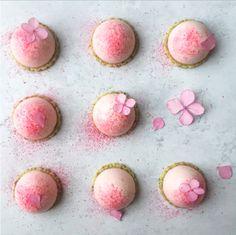 Lækre små rabarberkager til dessert eller velkomst kage. Se opskrift her.