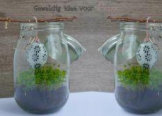 Geweldig idee voor Pasen (Diy decoratie) Simpel idee voor Pasen, maar wel super leuk! Kun je zelf maken, en is niks mooiers dan dat. Vind ik. Wat ook leuk is, is dat je het na Pasen ook met iets anders kunt versieren. Bijvoorbeeld een hanghartje of hangster, ook heel gaaf!!! Zie *BRON Mason Jars, Diys, Glass Vase, Arts And Crafts, Easter, Fun, Home Decor, Crafting, Decoration Home
