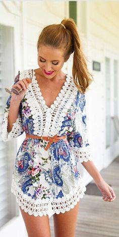VESTIDO ESTAMPADO COM RENDA - Vestido em tecido de algodão com poliéster com manga 3/4 e detalhes de renda nas mangas, barra e decote.