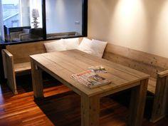 Tafel van steigerhout met vierkanten poten onder blad inclusief mooie bijpassende hoekbank.