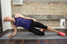 2.Side Plank - Top Training für die seitliche Bauchwand. Du startest in Seitlage. Stütze Dich mit dem unteren Arm auf, Dein Ellbogen befindet sich direkt unter der Schulter. Jetzt hebe Deine Hüfte an bis Dein Körper von Kopf bis Fuß eine Linie bildet. Drück Dich dabei mit dem unteren Arm aktiv vom Boden weg und halte die Schulter stabil. Halte diese Position für mindestens 30 Sekunden und wiederhole die Übung 3 mal.    Starte das BBP Programm >>> https://www.gymondo.de/bauch-beine-po/