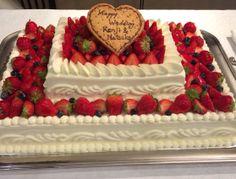 ケーキ工房自家製ウェディングケーキ。2段のケーキは存在感たっぷり!