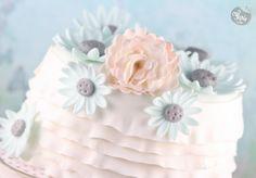 Un très joli gâteau en pâte à sucre.
