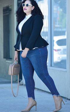 Como se vestir elegante e estilosa para ocasiões mais formais. Camisa branca, blazer preto, calça jeans com barra desfiada, scarpin nude