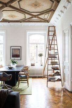 Mitt i hjärtat av Göteborg, i ett av Vasastans äldsta hus, bor Sara och Christoffer Gerum. Här har de hittat hem i en fantastisk sekelskiftesvåning på 186 kvm med vackra kakelugnar, storslagna...