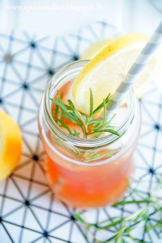 Selbstgemachter Eistee mit Zitrone und Rosmarin // Homemade Icetea // Zum Rezept: spoonandkey.blogspot.de/2015/08/selbstgemachter-eistee-mit-zitrone-und.html