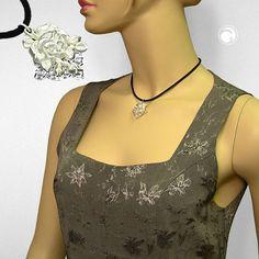 Collier, Rose auf Eis, silberfarbig-matt  Rose auf geschliffenen Kristall aus Kunststoff, an 2mm Kordel schwarz, Verschluss silber-farbig mit Verlängerungskettchen