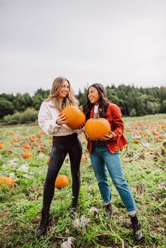 How to Pose at a Pumpkin Patch: 8 Poses You Can Try – Pumpkin Patch photo shoot – Craven Farms – Pumpkin Patch poses – pumpkin patch outfit ideas – Fall in the Pacific Northwest - pumpkin patch outfit women - pumpkin patch outfit women fall Holiday Outfits Women, Cute Fall Outfits, Pumpkin Patch Pictures, Pumpkin Patch Outfit, Braut Make-up, Cute Pumpkin, Thanksgiving Outfit, How To Pose, Blog