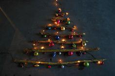Andrea hat für KingKalli diese super alternative Weihnachtsbaumidee umgesetzt :)  http://kingkalli.de/tannenbaum-aus-aesten/