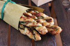 Ricetta, e video ricetta, per realizzare dei deliziosi grissini di sfoglia ripieni di formaggio e cime di rapa.