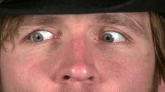 Inquietos ojos gris claro