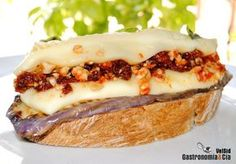 Brie relleno de tomate, pimiento y avellanas