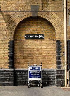 Foto de la placa del andén 9 ¾ en la estación de King's Cross de Londres.