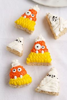 Need a simple treat for Halloween? These Halloween Rice Krispie Treats are decorated with buttercream frosting to look like mummies and candy corn. So easy! Halloween Rice Crispy Treats, Halloween Rice Krispies, Homemade Halloween Treats, Homemade Rice Krispies Treats, Easy Halloween Food, Halloween Treats For Kids, Spooky Treats, Halloween Desserts, Happy Halloween