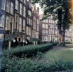 Benedictinessen. Drie nonnen lopen over het Begijnhof te Amsterdam, Nederland 1955-1969. Amsterdam City, Great Memories, The Expanse, Netherlands, The Nederlands, The Netherlands, Holland