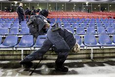 17.11 La police allemande à la recherche d'explosifs dans le stade de Hanovre avant la rencontre amicale entre la Mannschaft et les Pays-Bas. Un match qui finalement été annulé.Photo: AP/Markus Schreiber