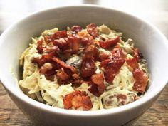 Hønsesalat med bacon er en af vores favorit frokostsalater. Den smager helt fantastisk, og så er den meget nem at lave - få opskriften her.