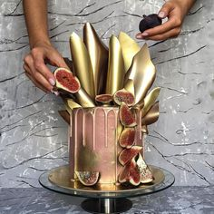 Showcase your inner eccentric side with this cake by #ronya_belova. The golden peaks arranged on top of the cake.