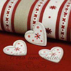 Set 3 Bottoni In Legno A Cuore Noel  Set 3 bottoni in legno a forma di cuore,ideale per personalizzare le tue creazioni natalizie.  Misure cm h 3,5 x l 3,5   Spessore 2 mm  Materiale legno