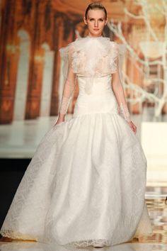 Muchísima sensualidad en la nueva Colección de Vestidos para Novias de YolanCris que presentó en la Barcelona Bridal Week.