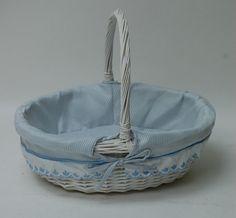Canastilla de mimbre forrada Home Crafts, Diy And Crafts, Baby Shawer, Paper Basket, String Art, Handicraft, Serving Bowls, Decorative Bowls, Recycling