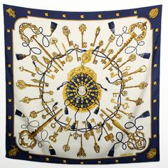【HERMES/エルメス シルクスカーフ カレ90 Eperon d'Or(黄金の拍車) 大判スカーフ ブルー/ホワイト】12,960円 (税抜 12,000円)数ヶ所に小さなシミが見られます。破れやほつれなどはありません。クリーニング済み。この商品はスカーフとして、またバッグなどに巻いたりと使い方次第で、色々バリエーションを楽しんでいただけます。画像をクリックして頂きますと、詳細ページをご覧頂けます。※株式会社 伊東商事(セブンマルイ質店) 住所:大阪府大阪市北区南扇町1-2 伊東ビル1F 06-6314-1005