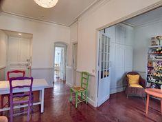 Antibes : Appartement bourgeois au centre-ville à vendre.  Cet appartement bourgeois traversant est situé en dernier étage d'une petite copropriété, proche des restaurants et commerces de proximité.  #Immobilier #Antibes #Appartement #Vendre
