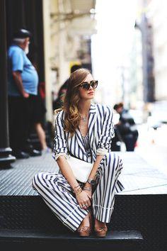 Stripes e animal print: uma forma sutil de misturar padronagens diferentes é fazendo o mix entre roupas X acessórios. Na foto em questão o animal print dos óculos ficou incrivelmente lindo com as listras das roupas.
