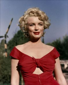 I've never seen this pic of Marilyn before- Looks like it was taken during the filming of Niagara