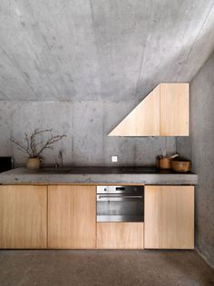 Nickisch Sano Walder Architects has deconstructed an Alpine log cabin creating a concrete house located in Flims, Swiss Alps, in order to provide. Concrete Kitchen, Kitchen Flooring, Grey Kitchen Designs, Studio Kitchen, Kitchen Benches, Kitchen Stories, Futuristic Furniture, Cuisines Design, Cafe Interior