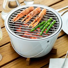 Table Grill - By Eva Solo The portable Table Grill by the Danish manufacturer Eva Solo must be the simplest and lightest grill around. This handy grill is perfect for picnics and barbecues, and so. Kitchen Items, Kitchen Gadgets, Kitchen Stuff, Table Top Grill, Hgtv Designers, Portable Table, Outdoor Cooking, Outdoor Food, Outdoor Ideas