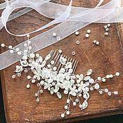 Купить или заказать Гребень с цветами для прически, свадебный гребень, серебро в интернет-магазине на Ярмарке Мастеров. Маленький гребень с металлическими листьями и цветами из полимерной глины. Длина гребня от края до края 5 см, размер основы гребня — 3 см. _________________________ Цвета на фотографиях могут немного отличаться от оригинала в зависимости от настроек вашего монитора __________________________ Вы можете первыми узнавать о моих новинках, нажмите «Добавить в круг». Благодарю за…