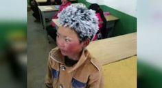 """Um menino chinês ficou conhecido na web como """"frost boy"""" (menino congelado) depois que uma foto dele mostrando seus cabelos cobertos por gelo viralizou nas redes sociais. A imagem abriu espaço para um debate sobre a pobreza na China, diante das condições de vida pelas quais passam as crianças que vivem nas áreas rurais. O pequeno Wang Fuman ficou naquele estado após andar por quatro kilometros e meio para chegar à escola primária onde estuda, no sudoeste da província de Yunnan…"""