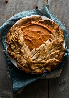 Tutorial on How to make gorgeous harvest pies with leaf pie crust designs Holiday Pies, Holiday Recipes, Basic Pie Dough Recipe, Empanadas, Pie Crust Dough, Pie Crusts, Pie Crust Designs, Pie Decoration, Pies Art