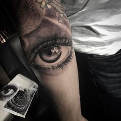 Olho em realismo feito por Chico Morbene. #tattoo #tatuagem #art #arte #realismo #pretoebranco #olho